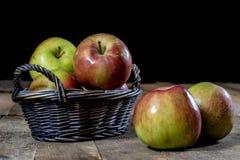 Νόστιμα μήλα στο καλάθι στον πίνακα κουζινών δασική εποχή μονοπατιών πτώσης φθινοπώρου Στοκ φωτογραφίες με δικαίωμα ελεύθερης χρήσης