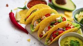 Νόστιμα μεξικάνικα tacos κρέατος που εξυπηρετούνται με τα διάφορα λαχανικά και το salsa απόθεμα βίντεο
