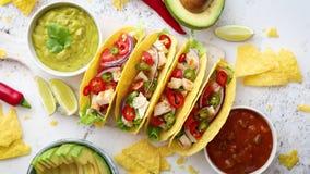 Νόστιμα μεξικάνικα tacos κρέατος που εξυπηρετούνται με τα διάφορα λαχανικά και το salsa φιλμ μικρού μήκους