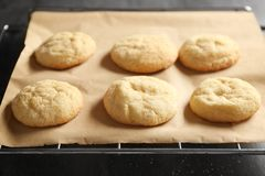 Νόστιμα μπισκότα ζάχαρης σε χαρτί περγαμηνής, Στοκ Φωτογραφίες
