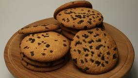 Νόστιμα μπισκότα κέικ τσιπ με τη ρηχή κινηματογράφηση σε πρώτο πλάνο κομματιών σοκολάτας φιλμ μικρού μήκους