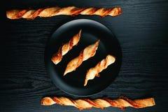 Νόστιμα ορεκτικά ραβδιά τυριών σε ένα μαύρο πιάτο σε ένα ξύλινο blac Στοκ φωτογραφίες με δικαίωμα ελεύθερης χρήσης