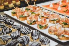 Νόστιμα πρόχειρα φαγητά με την αλατισμένη πλήρωση τυριών σολομών και εξοχικών σπιτιών Στοκ φωτογραφία με δικαίωμα ελεύθερης χρήσης