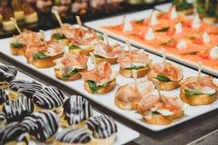 Νόστιμα πρόχειρα φαγητά με την αλατισμένη πλήρωση τυριών σολομών και εξοχικών σπιτιών Στοκ Φωτογραφία