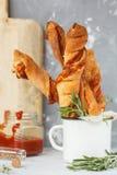 Νόστιμα ραβδιά τυριών με το μπέϊκον, τα χορτάρια και τη σάλτσα ντοματών Στοκ Φωτογραφία