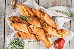 Νόστιμα ραβδιά τυριών με το μπέϊκον, τα χορτάρια και τη σάλτσα ντοματών Στοκ φωτογραφίες με δικαίωμα ελεύθερης χρήσης