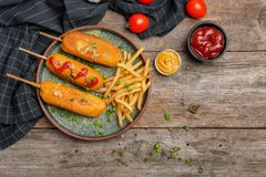 Νόστιμα σκυλιά καλαμποκιού με τις σάλτσες Στοκ Εικόνες