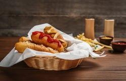 Νόστιμα σκυλιά καλαμποκιού με τις σάλτσες Στοκ φωτογραφία με δικαίωμα ελεύθερης χρήσης