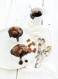 Νόστιμα σπιτικά καφετιά muffins με τη σοκολάτα Στοκ Φωτογραφία