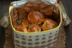Νόστιμα σπιτικά κουλούρια με το σουσάμι στην τσάντα Στοκ Φωτογραφία