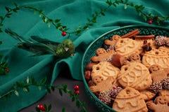 Νόστιμα σπιτικά μπισκότα Χριστουγέννων στο πράσινο πιάτο στοκ φωτογραφία