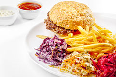 Νόστιμα τρόφιμα. Μεγάλο χάμπουργκερ, τηγανιτές πατάτες. Υψηλός - ποιοτική εικόνα Στοκ Φωτογραφία
