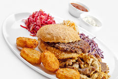 Νόστιμα τρόφιμα. Μεγάλο χάμπουργκερ, τηγανιτές πατάτες.   Στοκ φωτογραφία με δικαίωμα ελεύθερης χρήσης