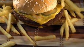 Νόστιμα burgers με την πατάτα ελεύθερη απόθεμα βίντεο