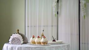 Νόστιμα cupcakes στη στάση Υπέροχα τοποθετημένος πίνακας για το πρόγευμα απόθεμα βίντεο