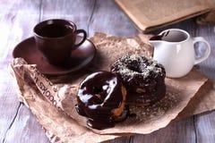 Νόστιμα donuts στον ξύλινο πίνακα Στοκ εικόνες με δικαίωμα ελεύθερης χρήσης