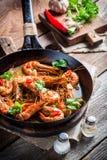 Νόστιμες γαρίδες που εξυπηρετούνται στο καυτό τηγάνι στοκ φωτογραφία