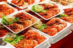 Νόστιμες εύγευστες γαρίδες στην αγορά τροφίμων Στοκ εικόνες με δικαίωμα ελεύθερης χρήσης