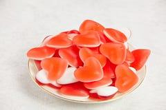 Νόστιμες εύγευστες κόκκινες γοργόνες με μορφή καρδιάς στο όμορφο πιάτο Στοκ εικόνες με δικαίωμα ελεύθερης χρήσης