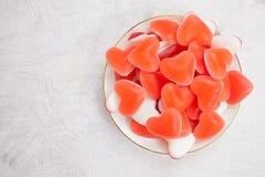 Νόστιμες εύγευστες κόκκινες γοργόνες με μορφή καρδιάς στο όμορφο πιάτο Στοκ φωτογραφία με δικαίωμα ελεύθερης χρήσης