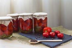 Νόστιμες σπιτικές κονσερβοποιημένες ντομάτες Ντομάτες και μπιζέλια πιπεριών Στοκ Εικόνες