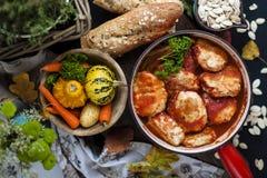 Νόστιμες σφαίρες κρέατος από το βόειο κρέας και το χοιρινό κρέας στη σάλτσα ντοματών, γεύμα φθινοπώρου στο σπίτι διάστημα αντιγρά στοκ φωτογραφία με δικαίωμα ελεύθερης χρήσης