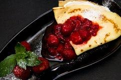 Νόστιμες τηγανίτες με τις κόκκινες φράουλες Στοκ φωτογραφία με δικαίωμα ελεύθερης χρήσης