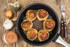Νόστιμες τηγανισμένες μπριζόλες στο τηγάνισμα του τηγανιού Στοκ εικόνες με δικαίωμα ελεύθερης χρήσης