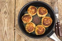 Νόστιμες τηγανισμένες μπριζόλες στο τηγάνισμα του τηγανιού Στοκ Φωτογραφία