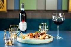 Νόστιμη γαστρονομία εστιατορίων με το κόκκινο κρασί στον πίνακα στοκ εικόνες
