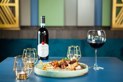 Νόστιμη γαστρονομία εστιατορίων με το κόκκινο κρασί στον πίνακα στοκ φωτογραφία με δικαίωμα ελεύθερης χρήσης
