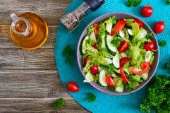 Νόστιμη διαιτητική σαλάτα βιταμινών με τα φρέσκα αγγούρια, ντομάτες, πράσινα Σαλάτα από τα οργανικά λαχανικά r στοκ φωτογραφίες με δικαίωμα ελεύθερης χρήσης
