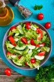 Νόστιμη διαιτητική σαλάτα βιταμινών με τα φρέσκα αγγούρια, ντομάτες, πράσινα Σαλάτα από τα οργανικά λαχανικά r στοκ εικόνες με δικαίωμα ελεύθερης χρήσης