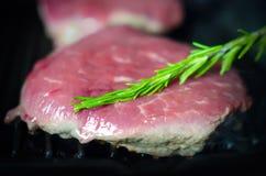 Νόστιμη μπριζόλα στο τηγάνι σχαρών κατά τη διάρκεια της διαδικασίας μαγειρέματος Στοκ εικόνα με δικαίωμα ελεύθερης χρήσης