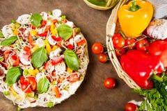 Νόστιμη πίτσα που γίνεται ââwith τα φρέσκα λαχανικά Στοκ εικόνες με δικαίωμα ελεύθερης χρήσης