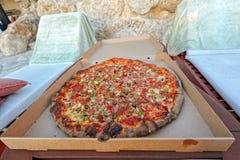 Νόστιμη πίτσα στο κιβώτιο εγγράφου Στοκ Εικόνα