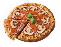 Νόστιμη πίτσα pepperoni, το ζαμπόν και τα μανιτάρια που απομονώνονται με Στοκ Φωτογραφία