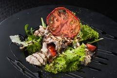 νόστιμη σαλάτα με το μοσχαρίσιο κρέας και την ντομάτα Στοκ Εικόνες