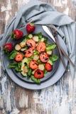 Νόστιμη σαλάτα τοπ άποψης με τα πράσινα, τις φράουλες και το καπνισμένο τυρί r r στοκ φωτογραφία με δικαίωμα ελεύθερης χρήσης