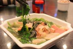 Νόστιμη σούπα χοιρινού κρέατος με το μαύρα αυγό και chopsticks Στοκ Φωτογραφίες