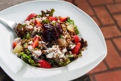 Νόστιμη υγιής φρέσκια σαλάτα με τις φράουλες, το τυρί, το μαρούλι και τα καρύδια Στοκ Φωτογραφία
