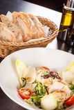 Νόστιμη φρέσκια caesar σαλάτα με το ψημένες στη σχάρα κοτόπουλο και την παρμεζάνα στοκ εικόνες