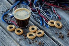 Νόστιμοι αναζωογονώντας καφές και bagels σε έναν ξύλινο πίνακα Στοκ Εικόνα