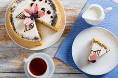 Νόστιμοι σπόροι παπαρουνών, κέικ ξύλων καρυδιάς και σφουγγαριών σταφίδων Στοκ εικόνα με δικαίωμα ελεύθερης χρήσης