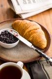 Νόστιμος βουτυρώδης croissant με τη μαρμελάδα στοκ φωτογραφίες με δικαίωμα ελεύθερης χρήσης