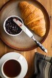 Νόστιμος βουτυρώδης croissant με τη μαρμελάδα στοκ εικόνα