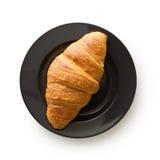 Νόστιμος βουτυρώδης croissant στο πιάτο στοκ φωτογραφίες