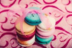 Νόστιμος διαφορετικός που χρωματίζεται macarons στο ρόδινο υπόβαθρο στοκ φωτογραφία με δικαίωμα ελεύθερης χρήσης