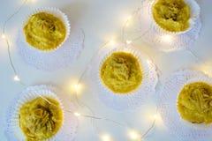 Νόστιμος κίτρινος ανανάς cupcakes στοκ εικόνες