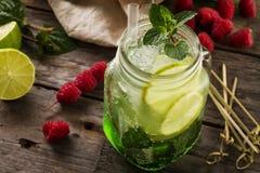 Νόστιμος κρύος φρέσκος πίνει τη λεμονάδα με το λεμόνι, μέντα, σμέουρο, πάγος Στοκ εικόνα με δικαίωμα ελεύθερης χρήσης
